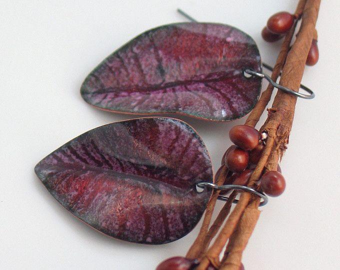 Cobre semitransparente rosa rubí oscuro esmaltado hoja aretes, arte pendientes, joyas de esmalte vítreo, regalo para ella, Original de Studio WillOaks