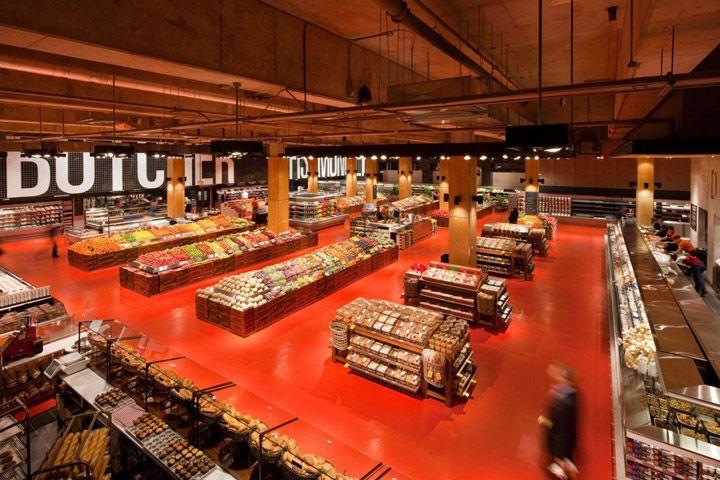 Carlos: Interior de supermercado, es bastante espacioso, podemos observar varios espacios libres.