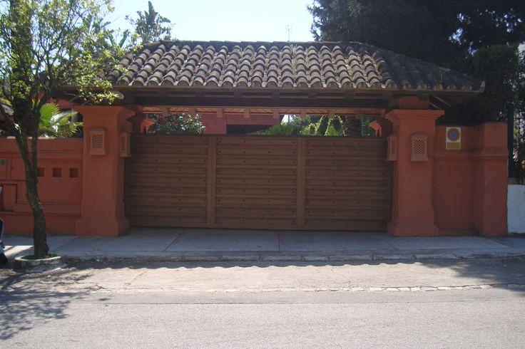 Puerta de entrada a garaje en iroko puertas de entrada for Portones de garaje