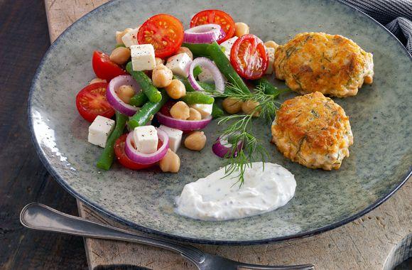 Laksefrikadeller og kikærtesalat med feta