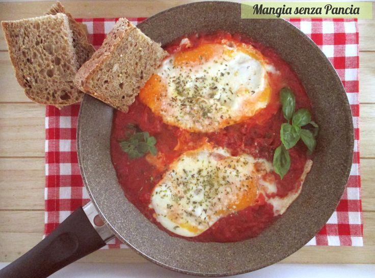 Le uova alla pizzaiola sono un secondo leggero, vegetariano e molto gustoso. Ideali anche per uno snack o una colazione salata... perchè no?