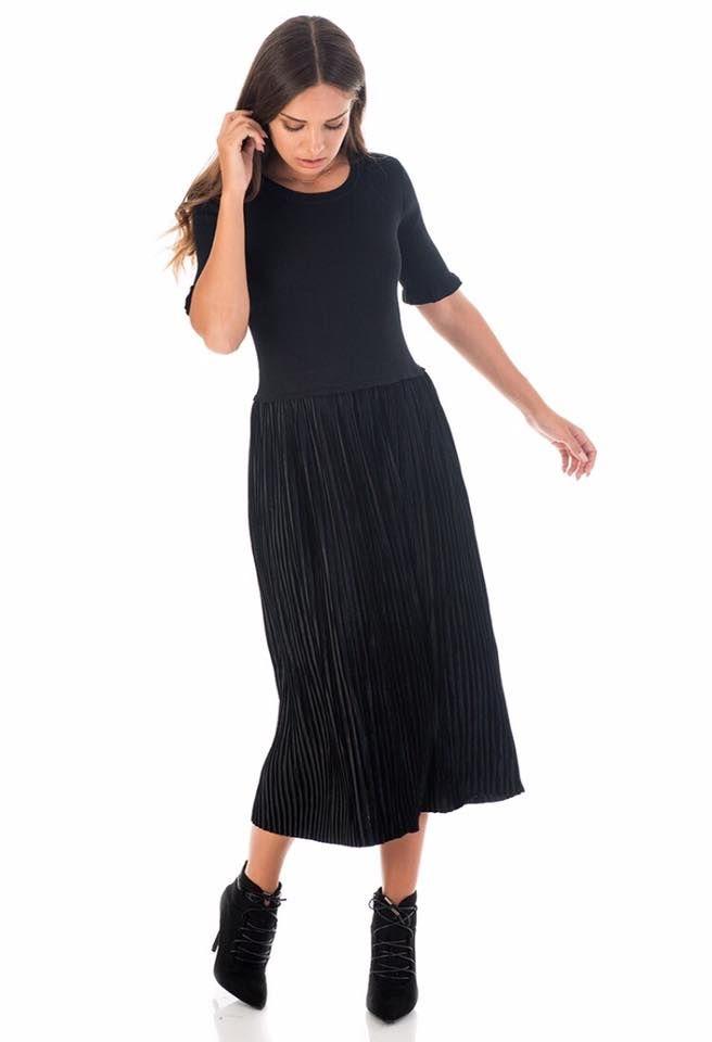 Midi velvet pleated dress. Frilled sleeve detail. 3/4 sleeve and round neck. 65% Viscose.25% Polyamid. 10% Elastane.