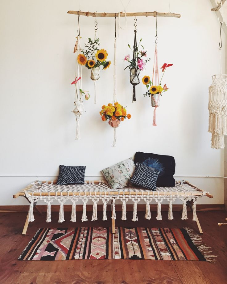 Fun ways to style rugs in your home! | Magic Dream Life Suspension en macramé. Tapis à motifs.