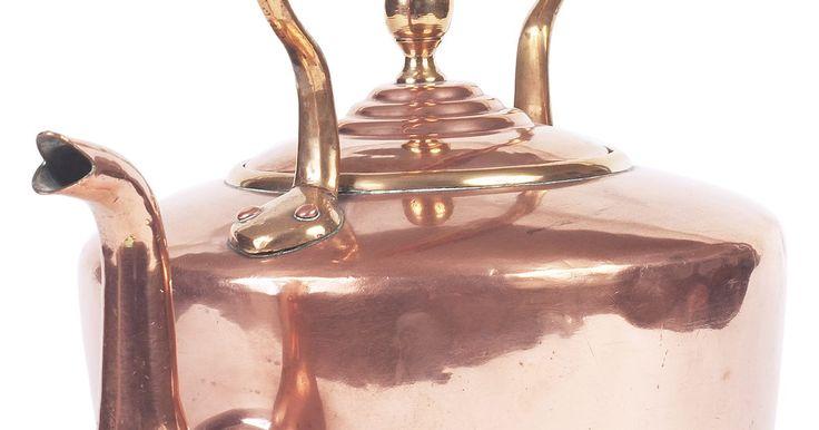 Marcações em chaleiras primitivas do século XVIII. As chaleiras têm sido uma peça necessária para as cozinhas desde que o chá foi introduzido à aristocracia francesa pela primeira vez em Paris, em 1636. As chaleiras eram usadas não apenas para ferver água, mas, em algumas casas, também para de fato preparar o chá, já que circulava uma crença de que alguns metais – como o ferro fundido – ajudavam a ...