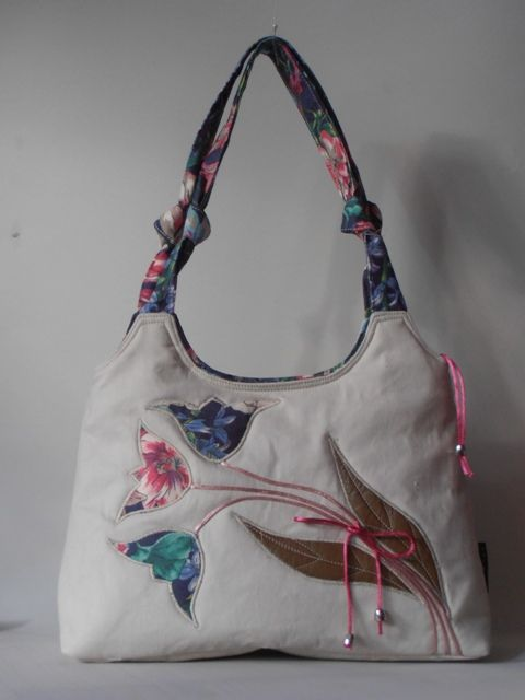 Tulipán motívumokkal hímzett nõi táska
