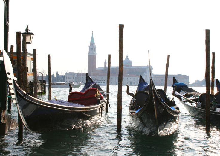 Gondolas in Venice | Travel photography di TheItalianWanderer su Etsy