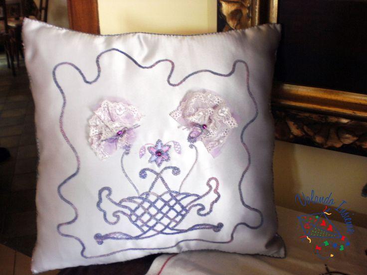 Cuscino di raso impreziosito da decorazione fatta con punto monnalisa, punto risparmiato, perline e trina per formare un cesto di fiori...