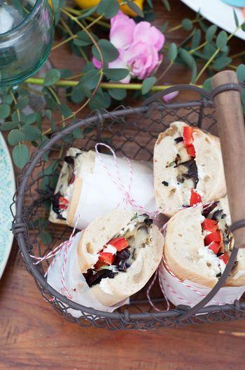 <作り方> お野菜はオリーブオイルと塩をかけてグリルで両面をそれぞれ3~5分ほど、焼き色が付くくらい焼きます。 ヤギのチーズは室温で柔らかくなったところに、タイム、にんにく、ローズマリー、オリーブオイルと塩で味付けをします。 グリルでお野菜と同時に少し温めたパンにオリーブオイルとチーズを塗り、お野菜を乗せれば出来上がりです。