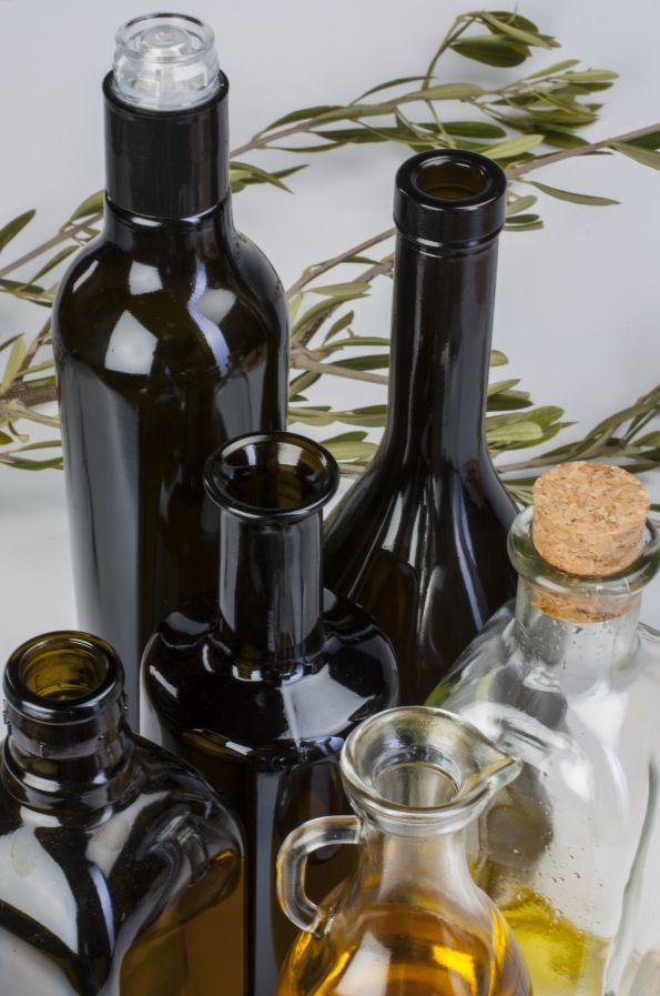 Variedad de bocas en botellas de aceite.