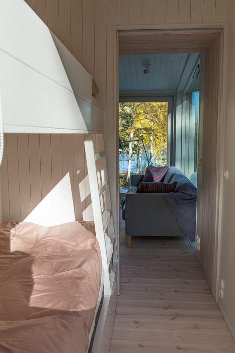 Snickeribyggd våningssäng i modulbyggt sommarhus. www.sommarnojen.se #sommarhus #fritidshus #våningssäng #sovrum #barnrum