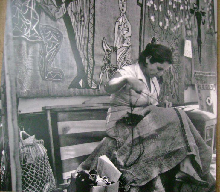 La gran Violeta Parra, cantante Chilena, bordando sus arpilleras....