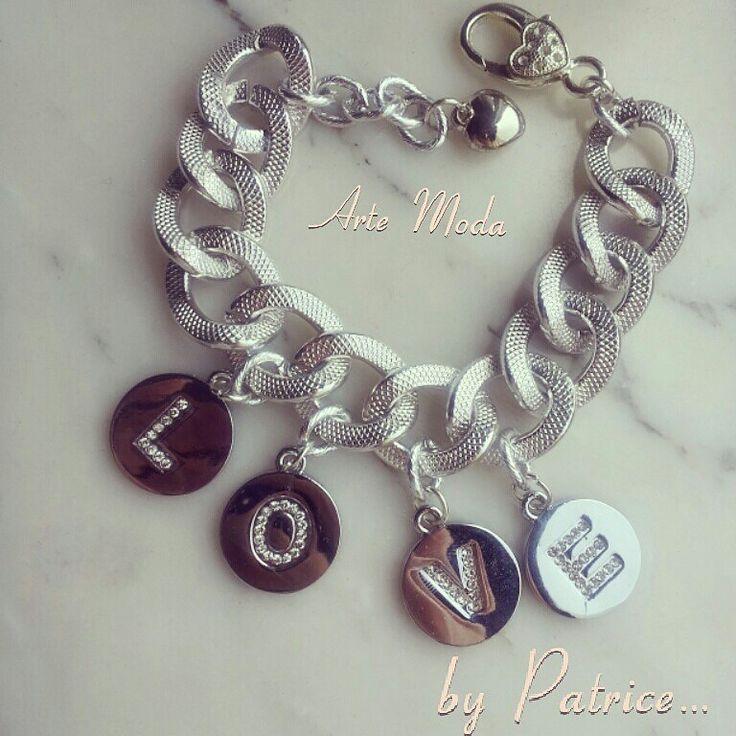 Collezione Patrice creation:modello LOVE...con catena in acciaio e ciondoli con lettere e brillantini..a richiesta anche a collana e personalizzabile. ..for sale:patriceartemoda@gmail.com...#bijoux#bracelet#accessori#jewels#love#silver#bijouxfattiamano#depop#instagram#moda#fashion#fashionjewelry#madeinitaly#etsy#