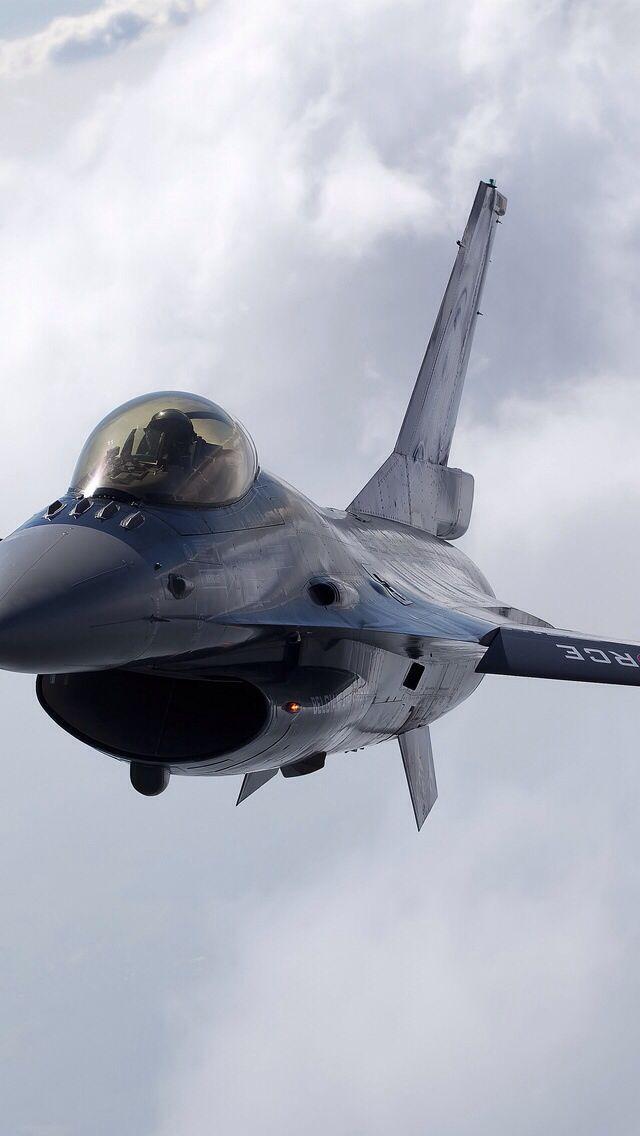 dit is een f 16 het zijn de snelste vliegtuigen ze kunnen tot ongeveer tot 3000 kilometer per uur er zitten geweren op en rakketen je kunt er met zijn 2en