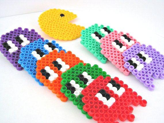 Hama : des perles en plastique de différentes couleurs avec lesquelles on réalise des dessins. Simple, efficace. On dispose les perles sur une grille, puis une fois le chef d'oeuvre...