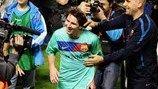 Lionel Messi es felicitado por Josep Guardiola después de que el Barcelona lograra otro título de liga en mayo de 2011