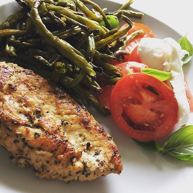 """Kylling med bønnefritter og tomatsalat!!! #salad #salat #tomatoes #bønnefritter #fritter #fitfood #foodpics #instagood #instafood #sund15 #sundhed"" Photo taken by @laerkemosgaard on Instagram, pinned via the InstaPin iOS App! http://www.instapinapp.com (07/08/2015)"