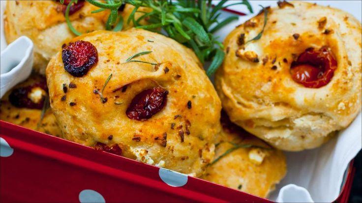 Små brød med soltørket tomat,fetaost og rosmarin
