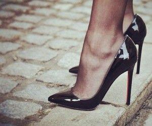 Scarpe con la punta lucide