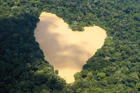 Heart-shaped lac in the middle of the Amazon!