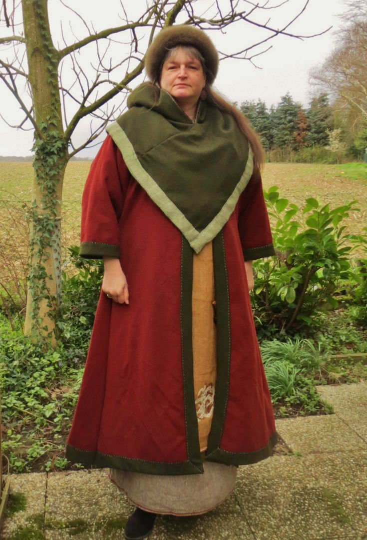 """""""Mach ich im Winter!"""" hat tatsächlich einmal funktioniert. Mein neuer Birka-Mantel (Wolle mit Diamantköper-Leinenfutter) mit passender Birka-Kappe mit Pelzbesatz und eine wendbare Skjöldehamn-Kapuze (innen rot) mit gleichem Leinenbesatz, wie dem Futter. (new Birka-Coat and Skjöldehamn-Hood)"""
