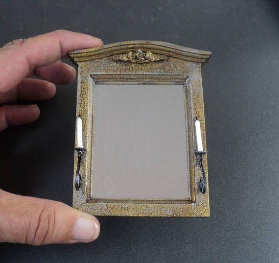 El mirada espejo de la pared del antiguo será un centro de atención de la escena dollhouse o miniatura en escala 1 o 1:12. El marco del espejo está hecho de madera y tiene un aspecto antiguo, acabado oro pintado con un crujido. tapa tapa del espejo está decorado con rosas de oro. en sobre blanco. El vidrio del espejo utilizado es genuino. El espejo está adornado con candelabros a cada lado que parecen que están hechos de hierro forjado. Cada candelero tiene una vela blanca sintética con…