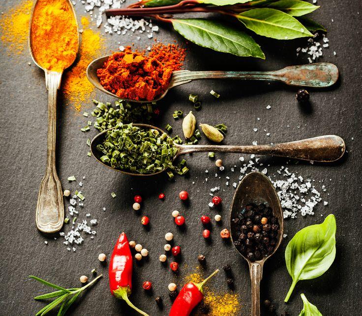 """Wenn ein Gericht so scharf ist, dass Zunge und Gaumen höllisch brennen, dauert es eine Zeit, bis sich die Geschmackspapillen wieder erholt haben. Wasser und andere kalte Getränke sind zum Löschen dieses """"Feuers"""" weniger gut geeignet als Joghurt, frische Gurkenscheiben, Brot oder – so paradox dies klingt – heisser Tee.    ######Foto: istockphoto.com"""