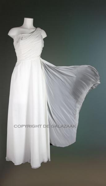 Witte stunning one shoulder galajurk met een gelaagde voile stof rok die meewaait in de wind! €145