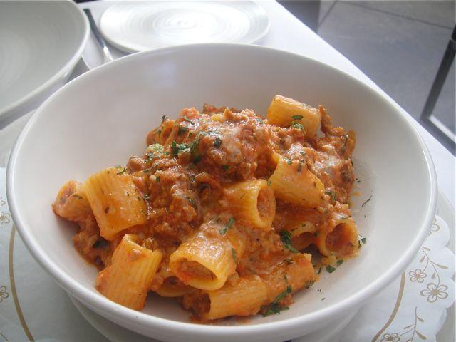 I maccheroni con pancetta e fagioli sono un primo piatto gustoso e saporito che unisce il gusto della pasta a quello dei fagioli. La ricetta è di ori...