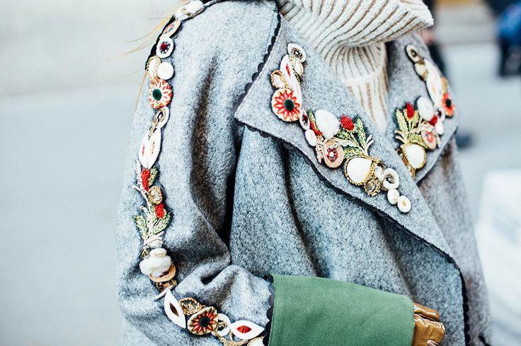 La mezcla de texturas y estampados siempre son una buena arma para resaltar nuestras prendas.