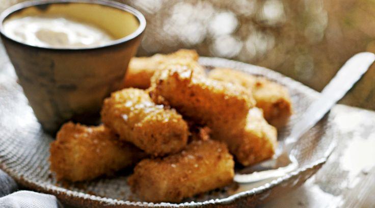Zo tegen het einde van de middag verlangen we naar een snack. In een uur maak je dezeultieme ham-kaaskroketjes met huisgemaakte chipotlemayonaise.