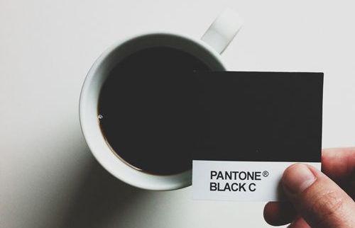 Para comenzar, es importante aclarar que el color negro 100% CMYK es un color distinto del negro producido con el código de color negro en HTML, #000000