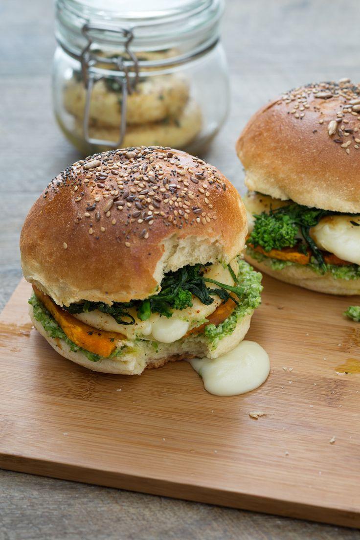 Tomino burger: gustoso, filante e vegetariano. Assolutamente da provare!  [Burger with tomino cheese]