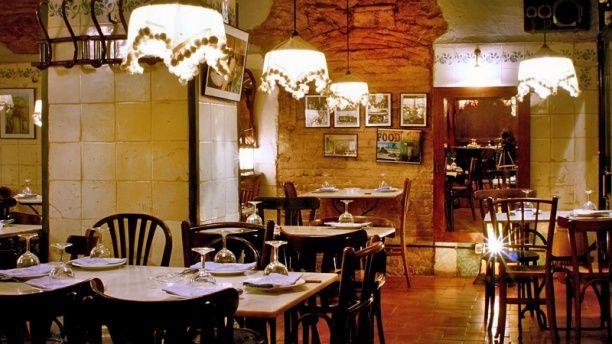 La Cua Curta   La especialidad de La Cua Curta son las Fondues de queso, un plato que resulta idóneo para una cena romántica, pero en la carta también vas a poder encontrar muchas opciones como son las ensaladas, el Carpaccio de foie o el Tartar de salmón. Los más golosos podrán poner el broche ideal a su visita con una irresistible fondue de chocolate.    Carrer de la Carassa, s/n, 08003 Barcelona Tel: 933 10 00 15