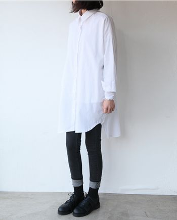 きちんと感のあるきれいめロングシャツには、スキニーデニムがおすすめ。 ゆったりサイズのシャツとパンツのメリハリのあるシルエットが素敵です。