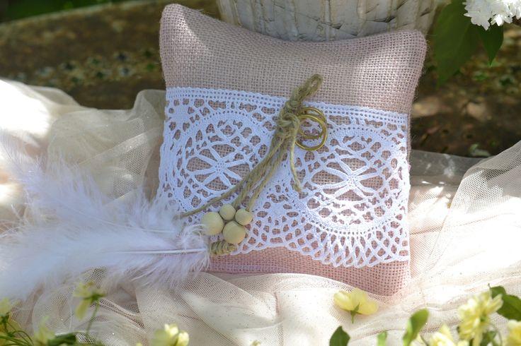 Coussin porte-alliance - mariage bohème - toile de jute pastel vieux rose dentelle de coton : Autres accessoires par de-petits-riens
