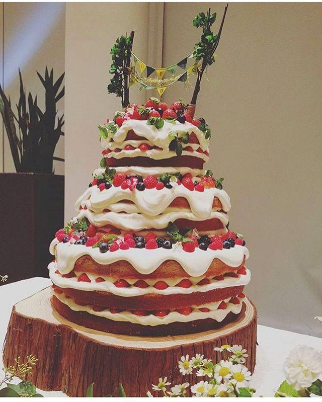 昨日のウェディングケーキです☆ ドドドドーーーン‼︎‼︎ 大迫力\(^^)/ ・ おふたりからのご希望で【おまかせケーキ♡】 テーマはおふたりの全体のテーマと ご新婦様が打合せでおっしゃってた[おいしそうなケーキ]♪ パティシエさんと考えたのは 【natural×めっちゃおいしそうで食べたくなるケーキ】 ・ パティシエさんと相談させてもらって おふたりのイメージに合った 世界にひとつのケーキ叶えてくださいました♡ ほんとに安心してケーキを任せられる パティシエチームにいつも感謝です。 めっちゃおいしそう( *´艸`) ありがとうございました♪ #miavia#江坂#大阪結婚式場#ゲストハウス#ウェディング#wedding#ウェディングケーキ