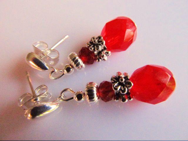 Oorbellen Red Flower leuke kleine belletjes met rode facet Tsjechische glaskralen met rode facet kristalglas rondellen en mooie kleine stekertjes. geheel verzilverd.