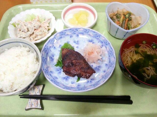 2月24日。魚の味噌焼き、豚肉と野菜の華風炒め、ゴボウサラダ、素麺すまし汁、パイン缶でした!595カロリー、たんぱく質22g、塩分3.2gです♪
