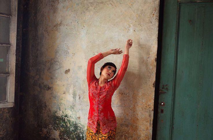 Free your soul and find peace - Prewedding Poses, Prewedding Ideas  #preweddingideas  #preweddingposes #kebaya #jakartaphotography #preweddingphotography #petrichor218  Photograph by: Unggul Santosa IG: @petrichor218