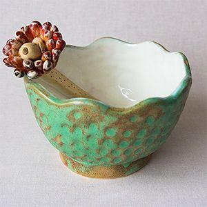 Žavus keramikinis dubuo, puikiai tinkantis riešutams, saldainiams, sausainiams. Dydis 13,5*11,5 cm. Kaina 25 €.