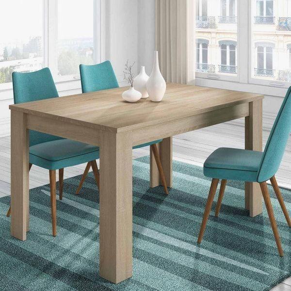 Mesa de comedor en madera natural. Sillas y alfombras en turquesa ...