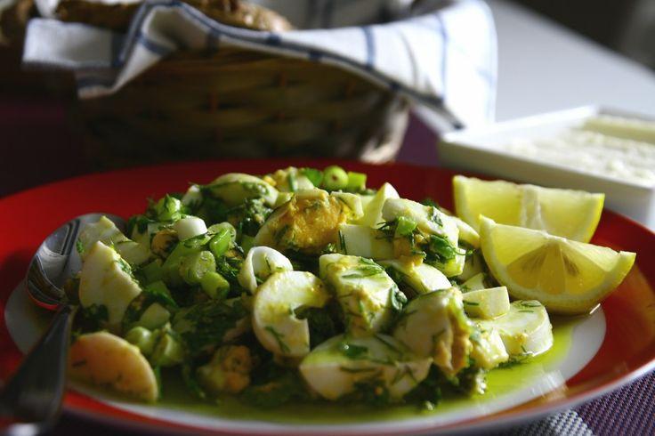 Yumurta Salatası -   Yumurta Salatası  Recipe Type: Kahvaltılık Cuisine: Türk Author: Yasemin Prep time: 10 mins Cook time: 30 mins Total time: 40 mins Serves: 5 Kişilik Van kahvaltısının vazgeçilmez çeşitlerinden biri , beyaz peynirle nefis gider, bayılırım….  Ingredients  - 5-6 adet büyük... - http://www.kadinca.com/yemek-tarifleri/yumurta-salatasi-tarifi.html