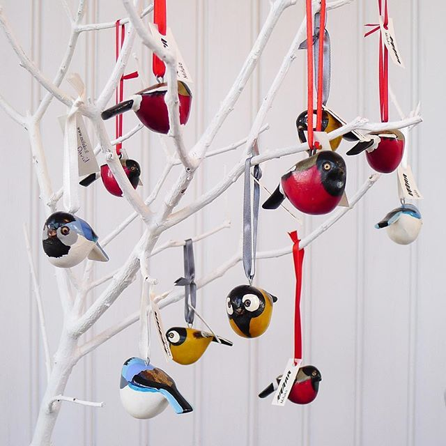 On the coldest winter days many Nordic birds look like little balls with a tail, with their feathers fluffed up for protection from the harsh weather. Our skilled Kenyan artisans Nicodemus, Cecilia, Benjamin and David got excited about the round shape and so Mifuko´s little wooden birds are very well prepared for the Nordic winter  ❤️ 。。。。。。。。。。。。。。。。。。。 Little birds bring Christmas to your home, find them in our webshop:  mifuko.fi/product-category/homeware