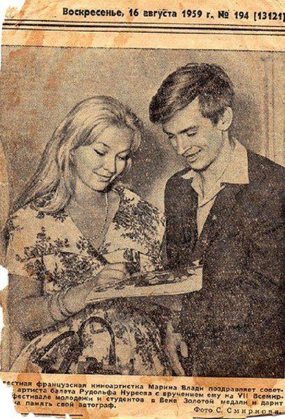 Рудольф Нуриев берет автограф у Марины Влади. 1959 год