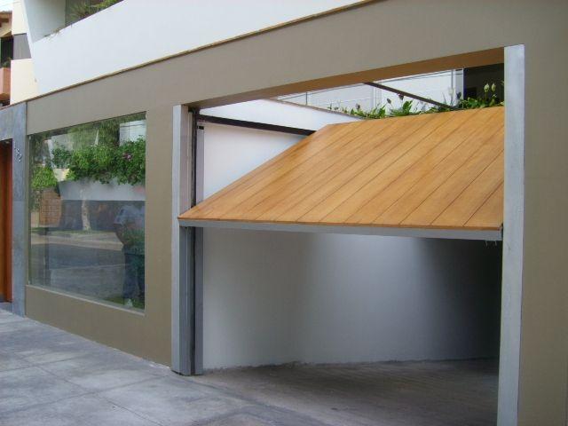 Resultat d'imatges de garaje puerta madera