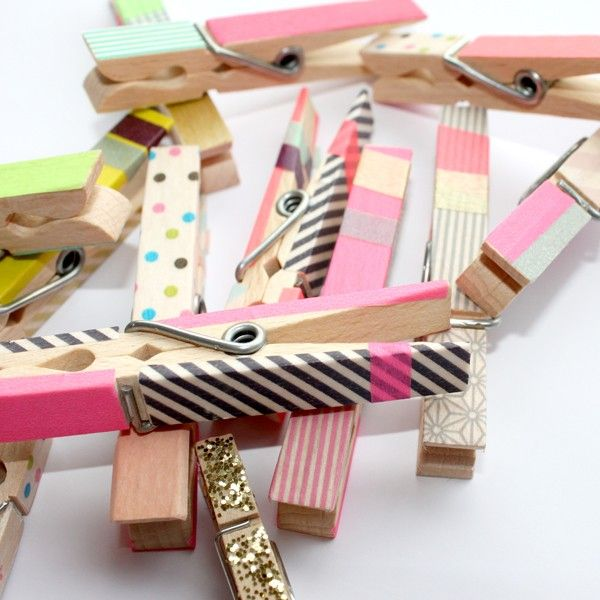 washi tape clothespins / Pinces à linge masking tape #masking tape #washi tape - fita adesiva decorada - fitas adesivas coloridas - washi tapes (japonesas, feitas de papel de arroz) e as decotapes (fitas de plástico tipo durex decoradas). Podem ser coladas em materiais de papel, móveis, paredes e muitos outros objetos.