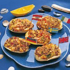 Hackfleisch mit Gewürzen, Ei, Ketchup und Senf sowie dem Käse in eine Schüssel geben. Zwiebel würfeln. Paprika waschen, putzen und das Fruchtfleisch...