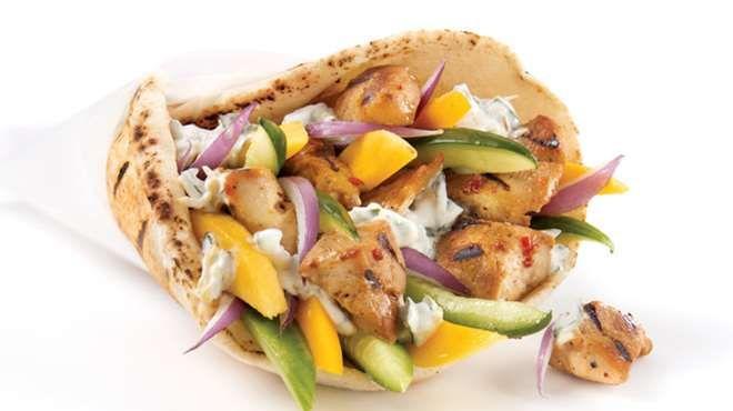 Souvlakis de poulet maui et yogourt aux fines herbes | Recettes IGA | Sandwich, Barbecue, Recette rapide