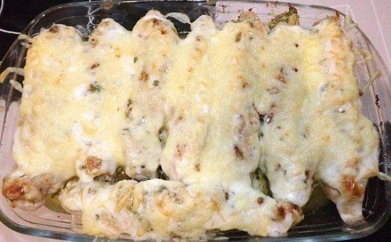 Куриные рулетики по-домашнему  Ингредиенты (на 8 порций): - Куриное филе- 8 шт грудки(1,5кг) - Сыр твердый- можно Альтермани 200гр - Чеснок - 4-5 зубчиков - Зелень- (петрушка,укроп,кинза)150гр - Сливочное масло-100гр - Майонез - 50гр - Ростительное масло- 70гр - перц черный молотый - соль  Приготовление: 1. Куриное филе отбить с двух сторон немного посолить и поперчить. 2. На краешек филе выложить фарш(мелко рубленная зелень,мелко рубленный чеснок,добавить масло сливочное,немного…