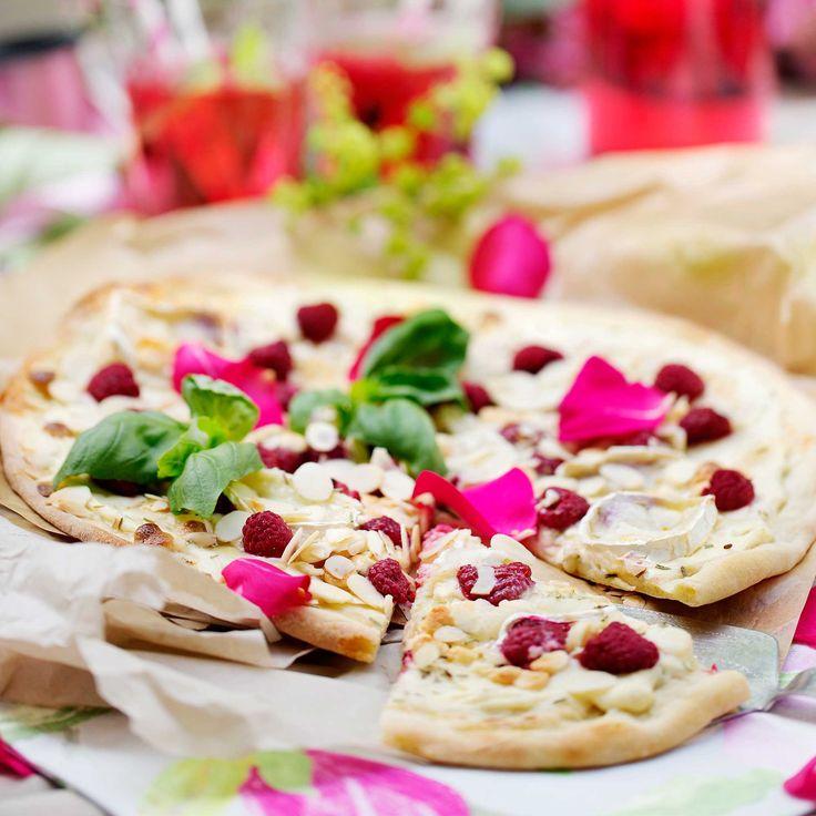 En annorlunda och läcker dessertpizza med hallon, getost och vit choklad.